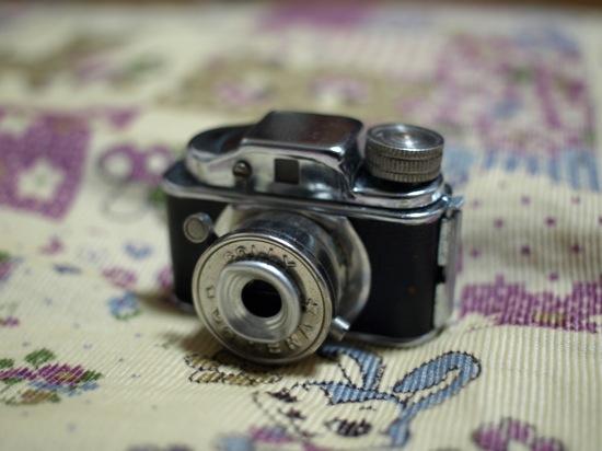 なにかと比較した写真を撮ればよかったな、、とにかく3センチくらいの小さいカメラです!
