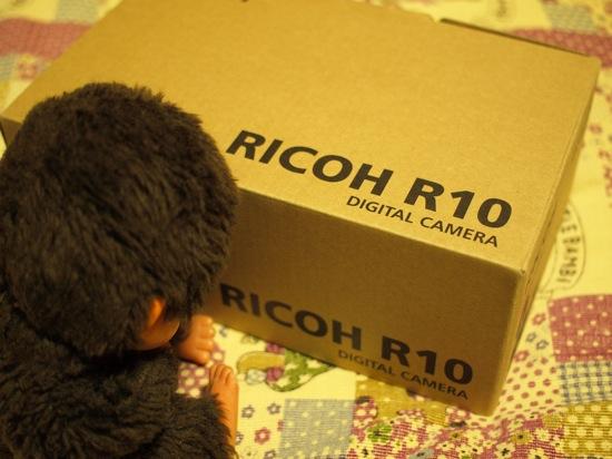 誰かが、、、R10の箱を見てる。。。
