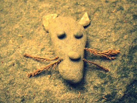 誰かが石で作ったキツネさんヽ(´ー`)ノ