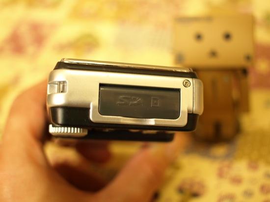 SDカードを入れる部分にはフタが付いてまうす。
