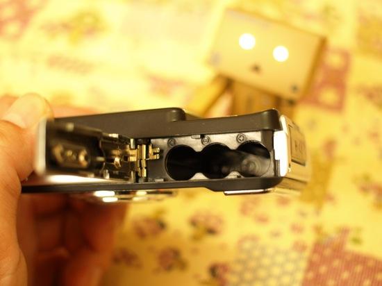 単四乾電池を三本使います。あ、なぜか目が光ってる!