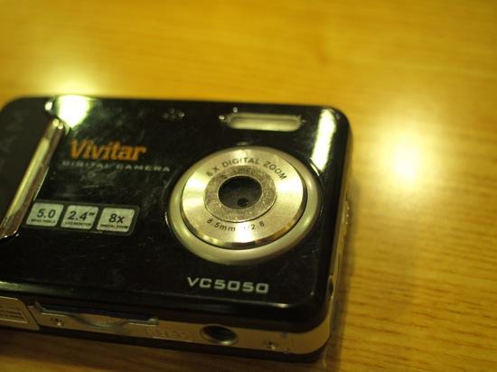 これはkoyuさんのViviCam5050で、マウント用リングのシールが付いています。