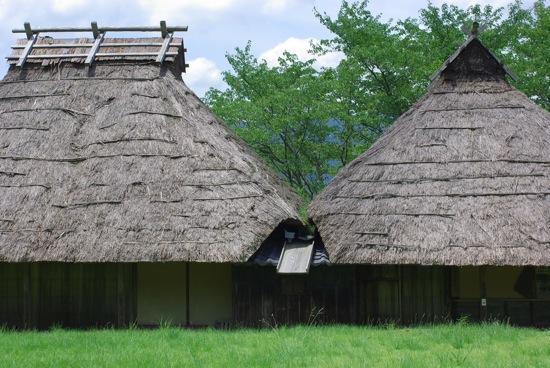 これがいつも藁葺きを撮る場所から撮った写真です。少し両サイドが切れてしまいます。