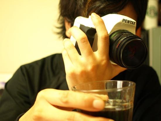 右手にコーヒー左手にPENTAX K-m whiteを持つロンスタ(笑)