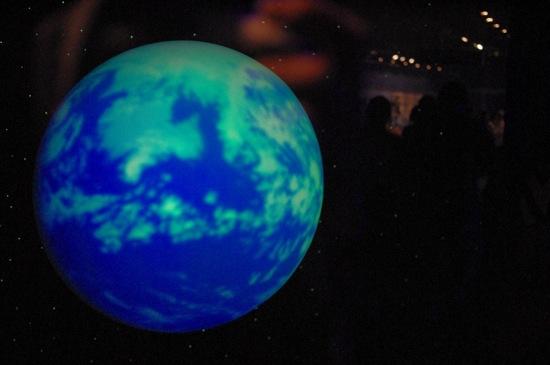 ホログラムっていうんですかね?地球が浮いてました。