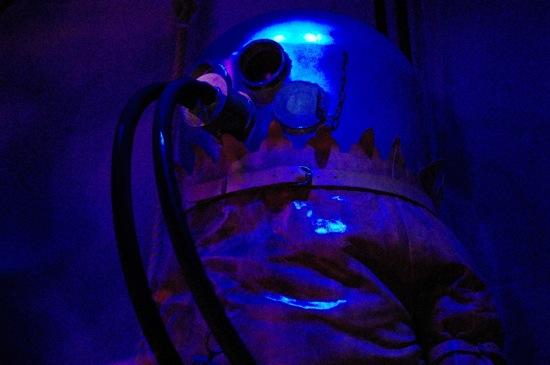 ほぼ暗闇の中に、、、潜水士?潜水の服?とにかく怖かった。。