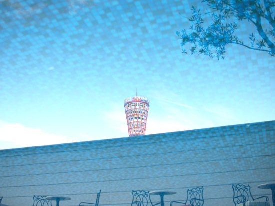 ホテルの庭にあったお水が流れる場所に写ったポートタワーです!