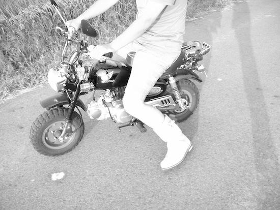 露出+2:モノクロ:バイク