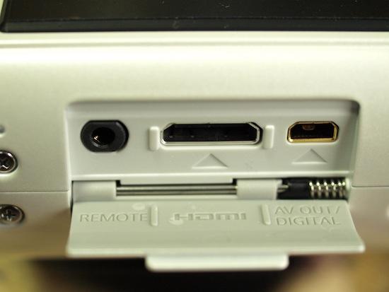 GF1のサイド部分にあるリモート端子などが集まった扉