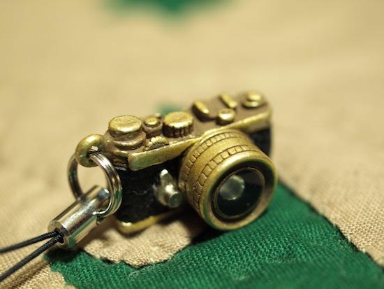 ゴールドのカメラ型ストラップ!