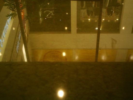 スタバのガラステーブルをパシャ!