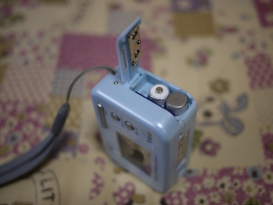 単四乾電池2本で動いてSDカードも使えます。
