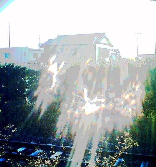 これ走ってくる電車撮った。つもり!けどシャッター切れるの遅くて何も写ってない!や、写ってるな!ホラーな光がwwww