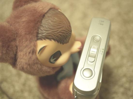 上から見るとこんな感じ。左から電源ボタン〜カメラ・動画・プレビューの切り替えスイッチ〜シャッターです。