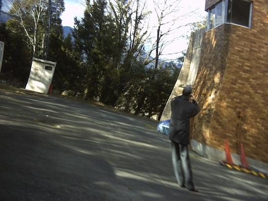 写真撮ってるおじさんをこっそり歩きながら盗撮したら!おじさんまでぐんにゃりしちゃった!!