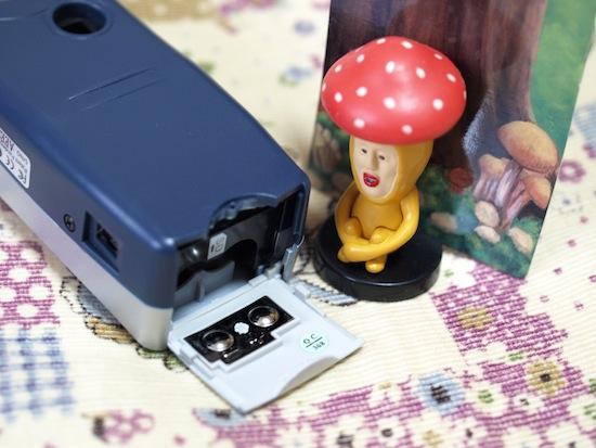 ここに単四乾電池2本とSDカードを入れます