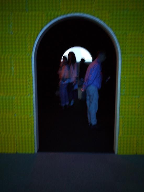 真ん中に南国のコテージを思わせる部屋があり。中にはOHPに裏から光を当てて光らせる感じの写真が展示されています。
