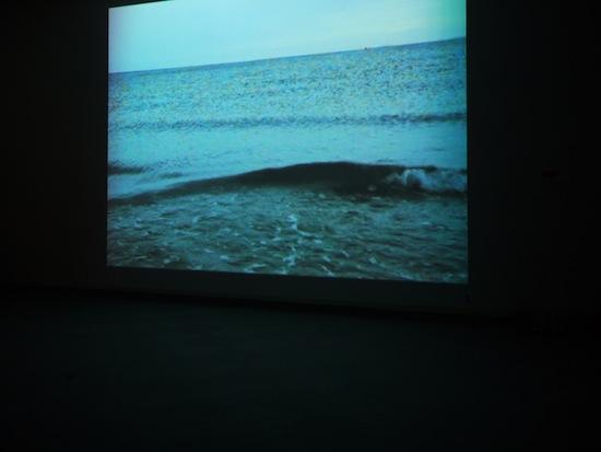 真っ暗な中スクリーンで波打つ海が映し出されていました。長く見てると細かな演出がある映像です。