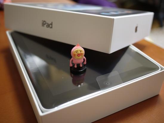 Appleの製品ってこの箱を開ける瞬間がなんともドキドキするんです!ワクワクが凄い!(あ、一緒に写ってるのはカクレモモジリです)