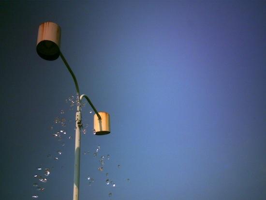 お水と外灯。ほとんど同じ場所なのに上の二枚と空の色が全然違いますね。