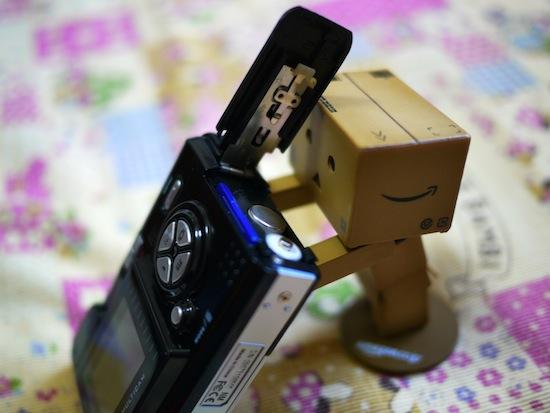 SDカードと乾電池を入れる場所はココ。