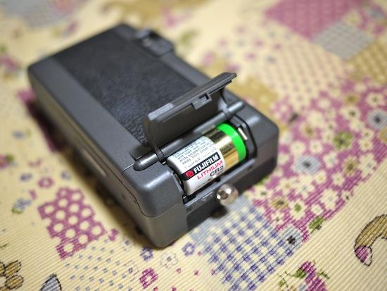 ここは何だろう?と開けてみたら電池を入れる場所でした。