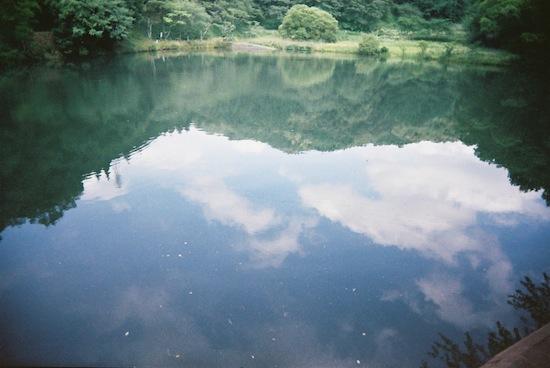 池に写った空とかさ。