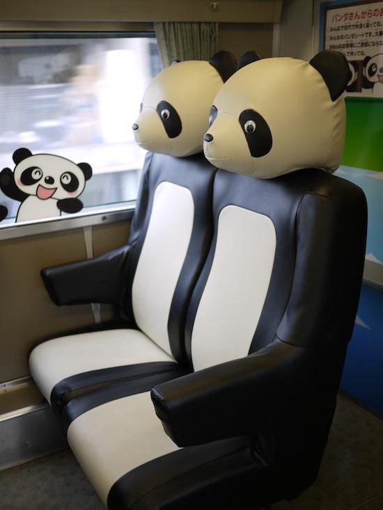 パンダ列車に乗って白浜まで行きました。すごいでしょ!このパンダシート!かわいい!