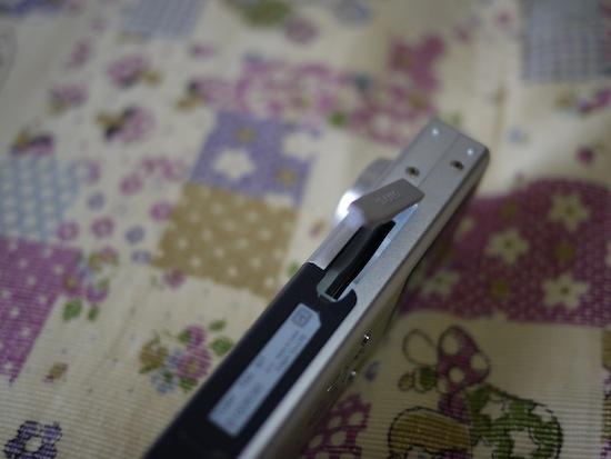 SDカードはここです。しかし薄いデジカメだなー!