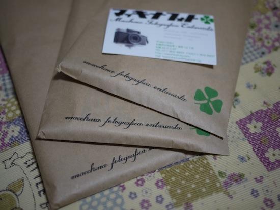こんな感じの紙袋に写真とネガが入ってます。今回現像をお願いしたのはフィルム3本です。
