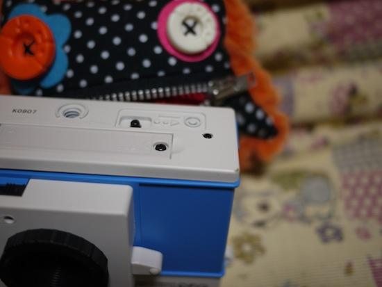 底面には電池をいれる場所などフィルムカメラを使った事がある方なら分かる普通の作りです。ただ、、乾電池を入れるのにネジを使わないといけないが面倒です。