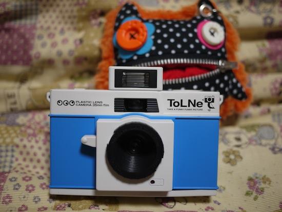 じゃーん!こちらが幻のトイカメラ「TOLNE(トルネ)」でございますヽ(´ー`)ノ青色かわいー♪