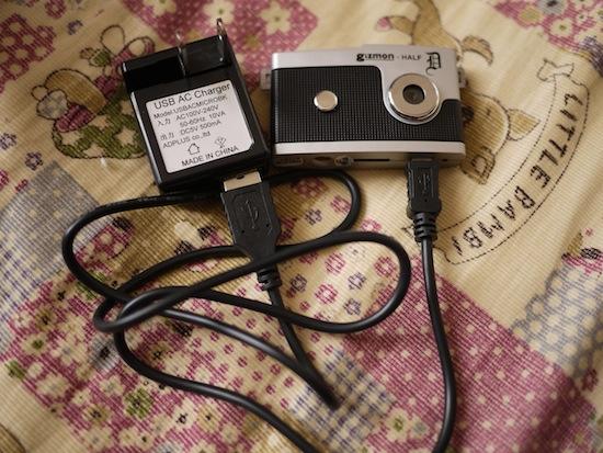 USBケーブルとACアダプターとカメラを繋げた状態です。