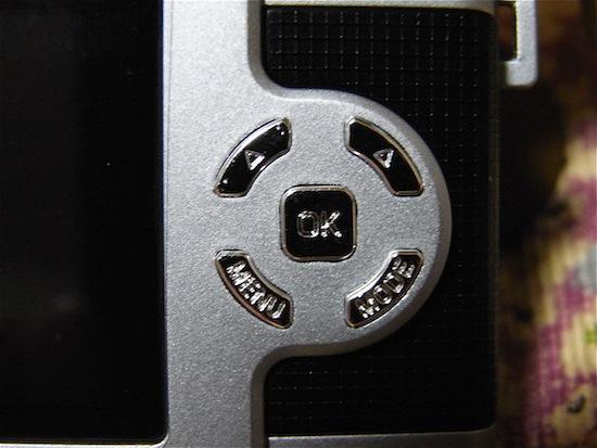 操作ボタン周辺。かなり小さいボタン。文字とか肉眼で見にくいレベル。
