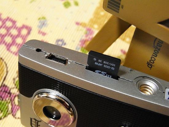 SDカードはココに入れます。マイクロSDカードですよ。で、三脚穴とケーブルを接続するのもこちらにあります。