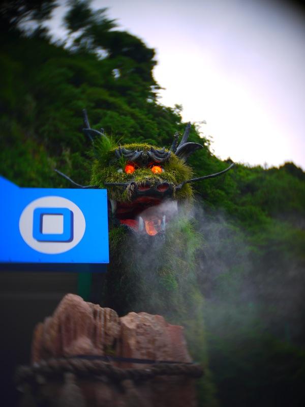入り口には目が光りミストシャワーを吐き出す竜が!超あやしい!(笑)