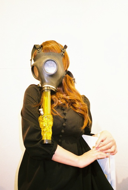 これが銀賞を受賞したガスマスク女子の写真です!