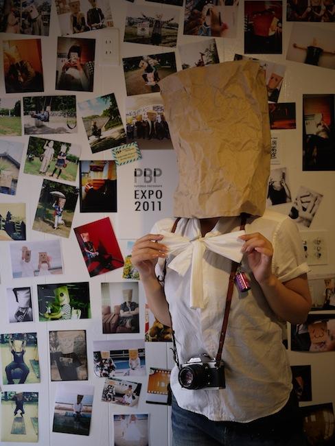 紙袋をかぶった人々の写真を集めた「PBP EXPO 2011」も凄い数の紙袋写真が展示されています!