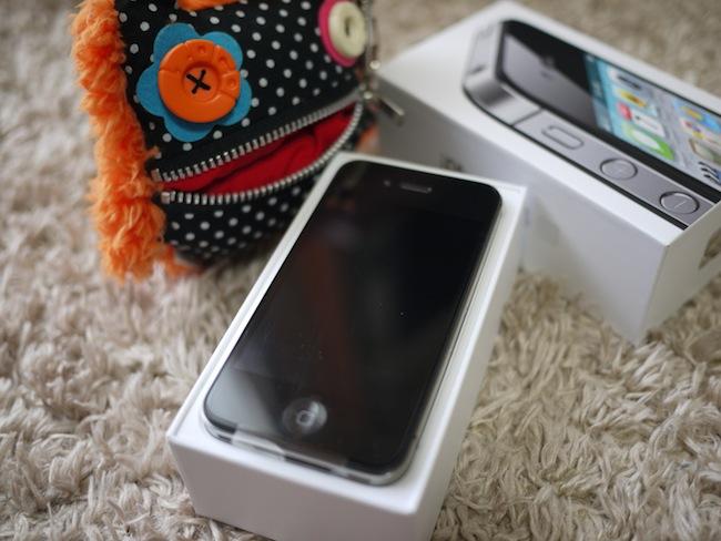 パカッと開封!シンプルにiPhoneが入っています。このシンプルさはやっぱりAppleって感じがしますよね。