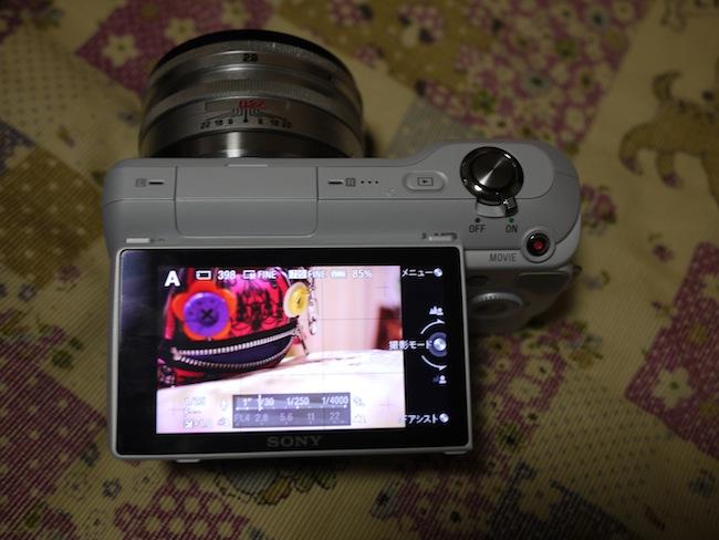 写真が暗くて分かりにくいwwwほぼ真上に液晶モニターが!カメラを上から覗く感じで写真が撮れます。これは便利!