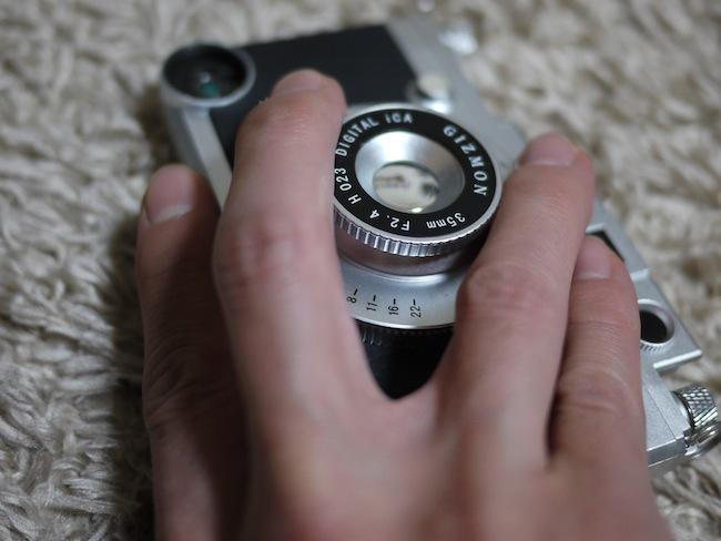 こんな感じで持ってます。モックレンズ部分を指ではさむ感じで持つと安定していい感じです。