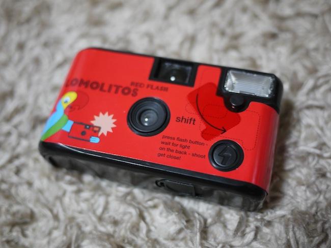普通の使い捨てカメラですが「shift」って書いてある部分に赤色のフィルムがあります。