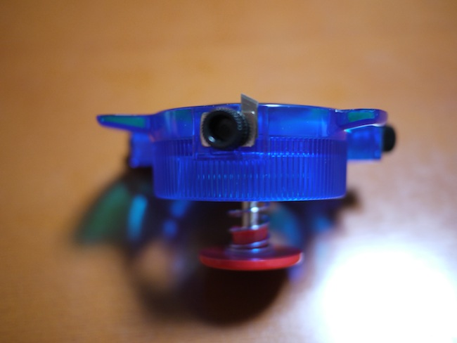 黒いスクリュー部分をゆるめてカッター刃を出して、また締めます。これでカッターが固定されます。