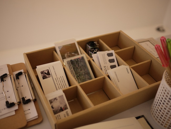 真ん中に置かれたテーブルにはメンバーの作品(写真集など)や名刺。そしてメッセージカード。芳名帳などが置かれていました。