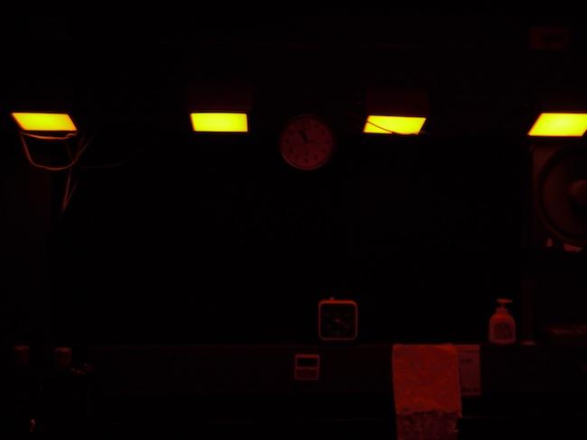 モノクロ暗室では赤い光は使えるって事でセーフライトを付けた状態だとこんな感じでした。