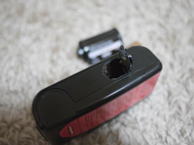 まずは、、、感電すると怖いので電池を出しました。簡単です。フタを開ければ電池取れます。