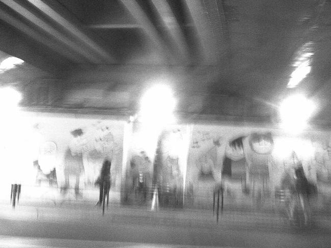 ガード下で少しだけカメラを振りながら撮影。意外と好きな写り。