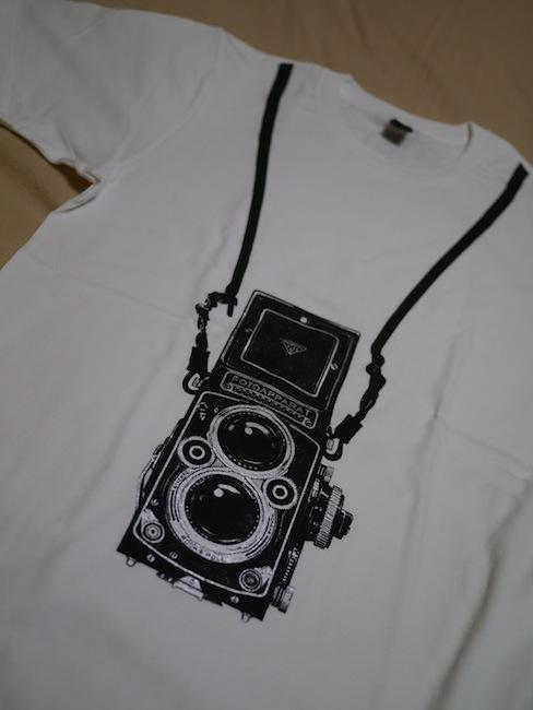 こちらは「-Design Tshirts Store graniph-」のTシャツです。グラニフはカメラ柄Tシャツたまに発売してるのでよくチェックします。