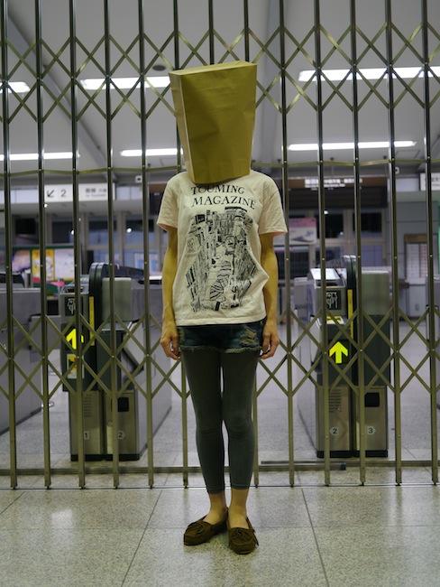 定番の紙袋女子
