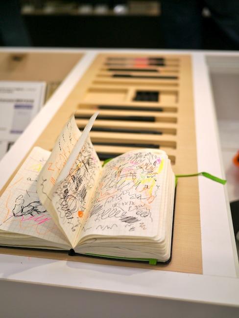 実際にモレスキンのペンを使ってモレスキンに試し書き出来るコーナーもあります。